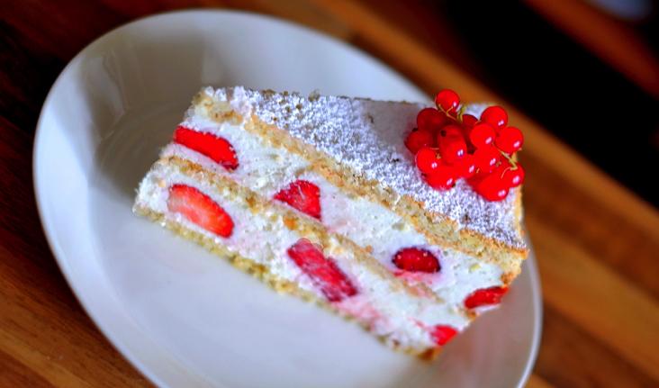 Erdbeer Sahne Torte Mit Biskuitboden Appetitlich Foto